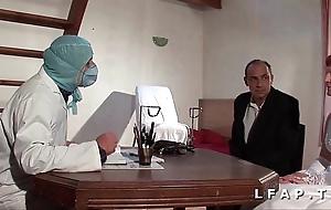 Coldness vieille mariee se fait defoncee le cul chez le gyneco en trio avec le mari